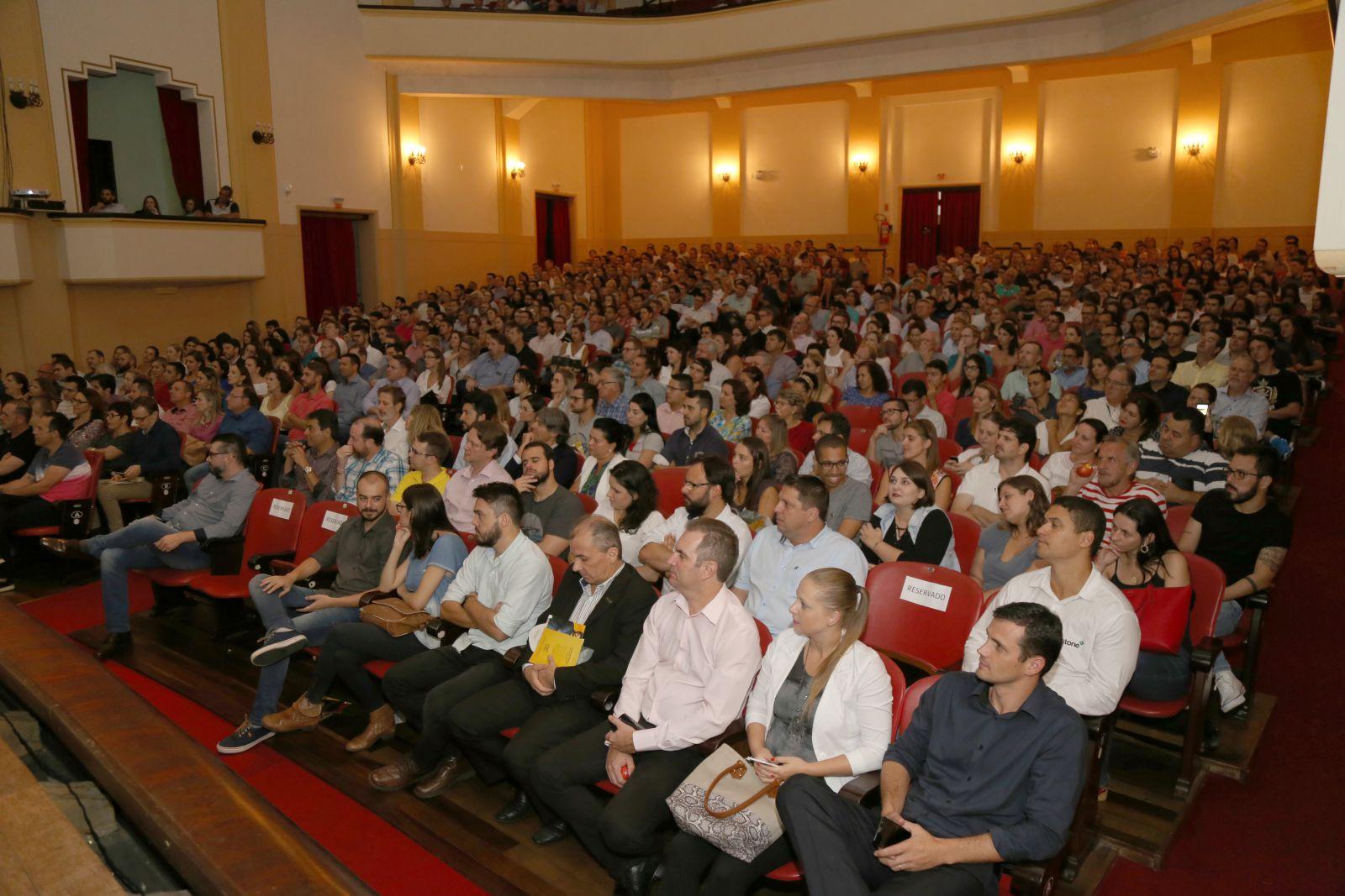 Público lota auditório para assistir à palestra de Miriam Leitão, em Blumenau